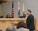 代表谷歌公司的北加州地产/工作空间服务(Northern California Real Estate & Workplace Services)副总马克‧戈兰(Mark Golan)在圣荷西市议会上发言。(周凤临/大纪元)