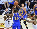 NBA总冠军赛第四战中,勇士队杜兰特在投篮。(Jason Miller/Getty Images)