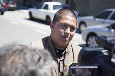 UPS員工Marvin Calderon目擊了搶擊事件。(周鳳臨/大紀元﹚