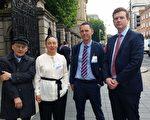 7月6日上午,愛爾蘭議會「外交事務、貿易和國防聯合委員會」舉辦「中共活摘法輪功學員器官」發布會。 人權律師大衛•麥塔斯(David Matas)(左一),愛爾蘭法輪大法學會代表戴女士(左二)、愛爾蘭外科醫生詹姆斯•麥克戴德(右二)和愛爾蘭腎移植專家康納爾•奧捨(Conall O' Seaghdha)(右一)等人參加了此次發布會。(李凌雲/大紀元)