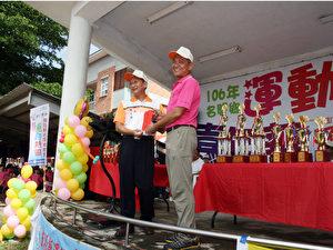 名間鄉鄉長陳文德(左)頒發獎金給陳耀裕(右),表揚田仔社區發展協會。(彭秋燕/大紀元)