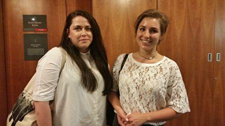 7月6日晚爱尔兰举行了《活摘》纪录片首映式,圣三一学院(TCD)的一名大学生桑德斯(右一)参加了首映式,她表示爱尔兰应颁禁令帮助制止中共活摘。(李凌云/大纪元)