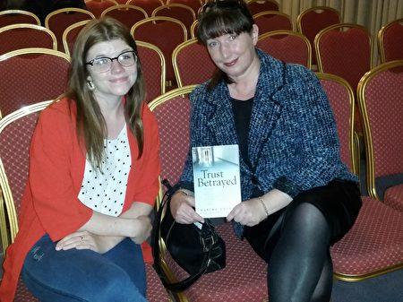 """7月6日晚,爱尔兰举行纪录片《活摘》首映式,爱尔兰倡导人权的畅销书作家卡里娜•科尔甘(Karina Colgan)女士观看了纪录片,她表示中共活摘法轮功学员器官""""骇人听闻""""。右一为科尔甘女士。(李凌云/大纪元)"""