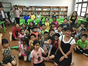 桐林國小的學生和陳潔霓合影。(陳潔霓提供)
