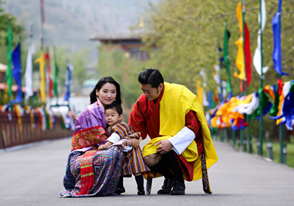 国王楚旺克(Jigme Khesar Namgyel Wangchuck)、王后佩玛(Jetsun Pema)和小王子。(AFP PHOTO/Royal Office for Media Bhutan)