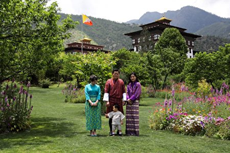 国王楚旺克(Jigme Khesar Namgyel Wangchuck)、王后佩玛(Jetsun Pema)、小王子和日本真子公主(左)。(AFP PHOTO/ROYAL OFFICE FOR MEDIA BHUTAN)