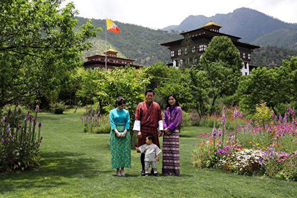 国王楚旺克(Jigme Khesar Namgyel Wangchuck)、王后佩玛(Jetsun Pema)、小王子和日本真子公主(左)。(AFP PHOTO/ROYAL OFFICE FOR MEDIA BHUTAN)