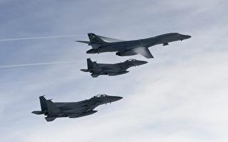 美國兩架B-1B槍騎兵戰略轟炸機加入美韓聯合演習(B-1B Lancer strategic bomber),執行實彈摧毀朝鮮彈道導彈演練並飛越兩韓非軍事區,嚴厲回應朝鮮屢次試射導彈的行為。(AFP PHOTO / South Korean Defence Ministry / Handout)
