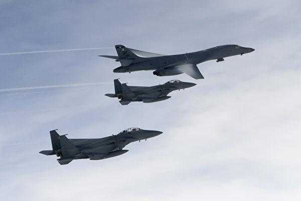 美国两架B-1B枪骑兵战略轰炸机加入美韩联合演习(B-1B Lancer strategic bomber),执行实弹摧毁朝鲜弹道导弹演练并飞越两韩非军事区,严厉回应朝鲜屡次试射导弹的行为。(AFP PHOTO / South Korean Defence Ministry / Handout)