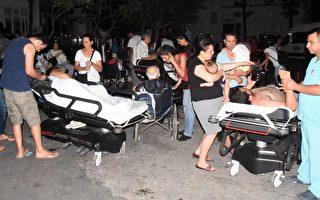 週五(7月21日)凌晨,土耳其外海發生6.7級地震,造成2死200傷,並引發了小型海嘯。圖為受傷的民眾在土耳其博德魯姆州立醫院花園接受治療。(AFP PHOTO / DOGAN NEWS AGENCY /  Turkey OUT)