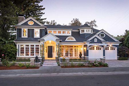 經典的加州風格豪邸,後院還有大泳池。(灣區房地產公司DeLeon Realty提供)