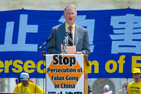 华盛顿天主教慈善庇护所资深律师大卫·克利夫兰(David Cleveland)出席支持,他对比了中美两国器官移植完全不同的现状,展示出可怖的中共活摘器官罪行,并呼吁美国政府和民众采取行动谴责中共暴行。(Mark Zou/大纪元)