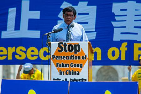 """""""国际大赦""""(Amnesty International)美国分部国际宣导主任提·库玛博士(T Kumar)到场支持。(Mark Zou/大纪元)"""