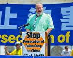 宗教自由大同盟(International Coalition for Religious Freedom)主席丹‧菲弗尔曼(Dan Fefferman)在发言中向法轮功学员们表示深深的敬意,他认为法轮功学员是当今社会的英雄和圣人,同时他呼吁川普总统向中共表明美国对法轮功问题的重视与关注。(Mark Zou/大纪元)