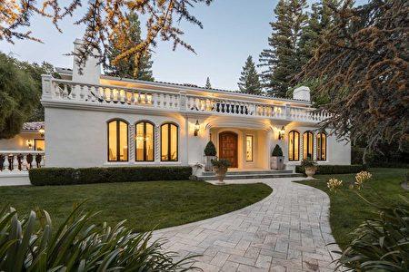 仿法式莊園風格的白色豪宅,深藏在樹林之間。(灣區房地產公司DeLeon Realty提供)