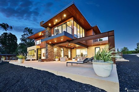 這處Woodside現代式豪宅,能遠眺灣區山光湖色。(灣區房地產公司Alain Pinel Realtors提供)