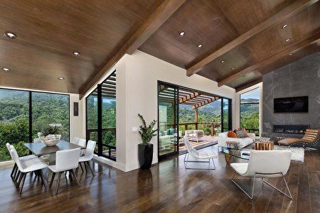 高聳的木頭天花板,結合戶外風景。(灣區房地產公司Alain Pinel Realtors提供)