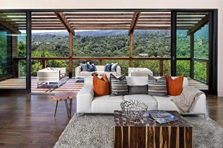 客廳能直接通往露台欣賞山林與天際線。(灣區房地產公司Alain Pinel Realtors提供)
