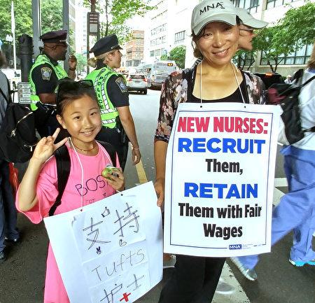 华裔护士丛女士(右)和亲戚Emily小妹妹也参加罢工示威。(黄剑宇/大纪元)