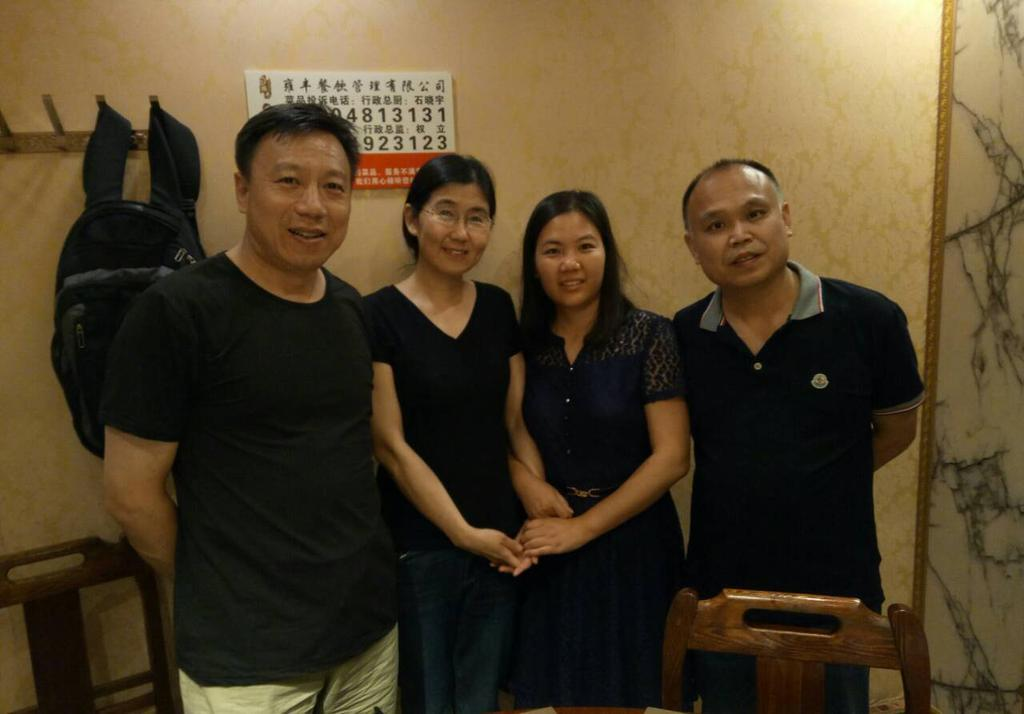 為紀念「709案」兩週年,維權律師余文生和妻子許艷一同去看望王宇、包龍軍一家人。(知情人提供)