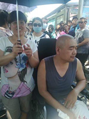 7月10日,黑龍江、吉林、遼寧、內蒙古、四川、山東等地的2000名未分配中專生進京上訪。圖為遼寧病患者上訪。(受訪者提供)