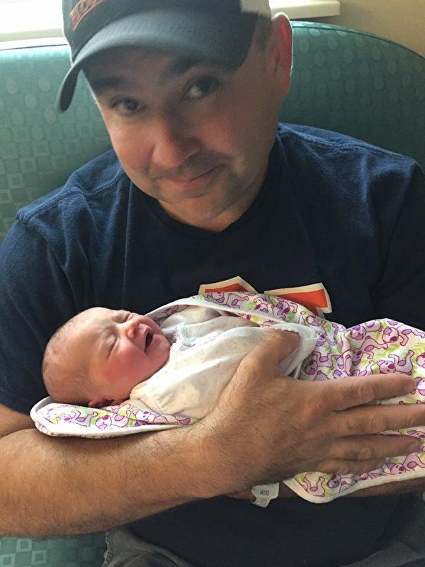 怀抱女儿卡特,威尔是一名骄傲的爸爸。(Will Settle/脸书)