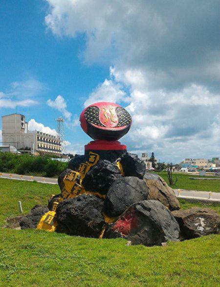 """红色木鱼的石敢当,上面写着""""西境海云辉日月""""是吉贝屿镇岛之宝。(陈大伟/大纪元)"""