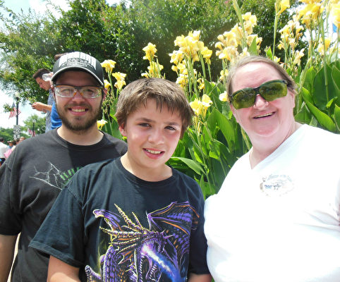 Cory Krause先生(左)、兒子(中)、Krause女士(右)(李辰/大紀元)