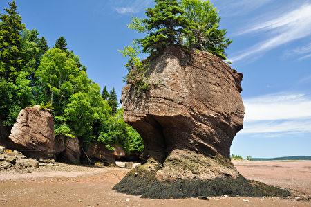岸边奇石耸立。(Fotolia)