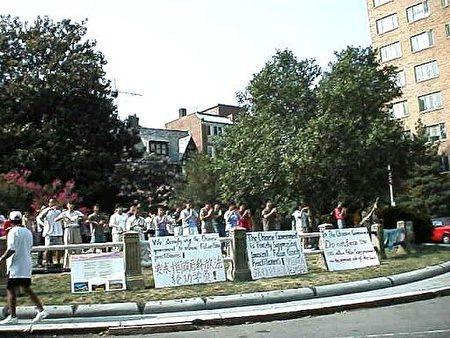 1999年7月23日,法轮功学员在大使馆前的街心花园炼功。(余约翰/大纪元)
