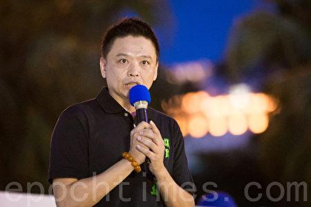 台北市议员洪健益声援法轮功学员反迫害。(陈柏州/大纪元)