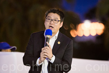 台北市议员徐弘庭声援法轮功学员反迫害。(陈柏州/大纪元)