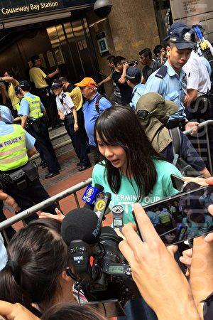 香港眾志常委周庭表示,他們街站的成員人數不多,只有一兩個成員會在地鐵站外派單張,也沒有會在地鐵站口外放梯子,不明白警方為甚麼會這樣處理。(黃瑞秋/大紀元)
