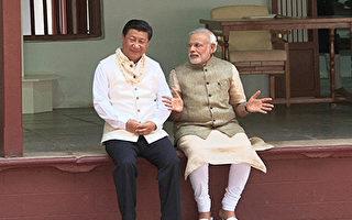 中印边境对峙之际,习近平在G20峰会期间,与印度总理莫迪会面,并意外赞扬印度,引外界关注。图为莫迪2014年9月17日在他的家乡古吉拉特邦和习近平共度他的64岁生日。(AFP)