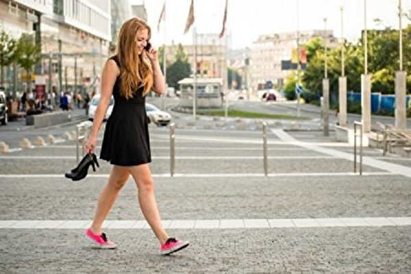夏日想穿出甜美裙裝風格,T恤裙顯瘦又有修身效果。(Fotolia)