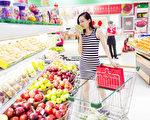美丽的中国姑娘,在商场超市,买她最喜欢的水果和蔬菜(fotolia)