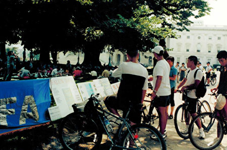 1999年7月,法轮功学员向路人讲述发生在中国的迫害。(李莎/大纪元)
