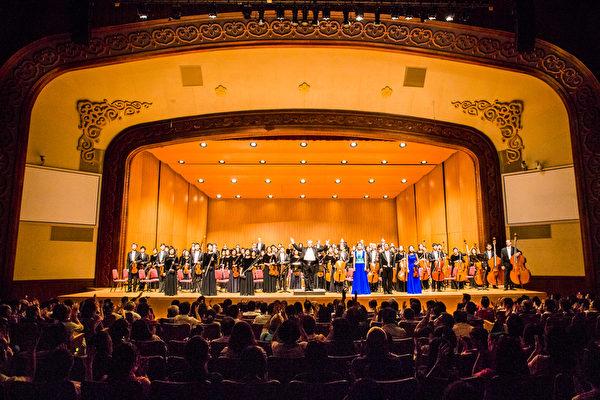 神韵交响乐团2016年首次到台湾,自9月17日至10月3日短短18天,环岛不分城乡巡回11个城市,接连演出一共15场,场场爆满,创下国际级交响乐在台演出纪录。图为2016年10月3日晚间,神韵交响乐团在台北中山堂最后一场的演出,谢幕时观众抱以热烈掌声持久不息。(陈柏州/大纪元)
