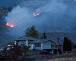 卑诗省一处民居附近山火在燃烧。(加通社)