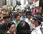 罗冠聪、黄之峰等人在铜锣湾SOGO旁与警察发生争执,他们批评警权过大,阻碍和平示威。(林怡/大纪元).
