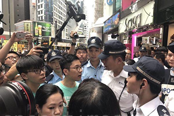 羅冠聰、黃之峰等人在銅鑼灣SOGO旁與警察發生爭執,他們批評警權過大,阻礙和平示威。(林怡/大紀元).