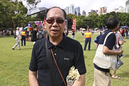 香港7.1大遊行下午3時正式出發,有市民大讚法輪功學員隊伍壯觀。(余鋼/大紀元)