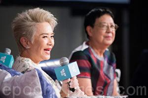 香港影后叶德娴(左)、导演许鞍华(右)7月6日在台北出席电影记者会。(陈柏州/大纪元)
