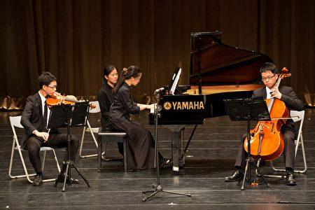 音樂班演出的鋼琴三重奏。(鄭順利/大紀元)