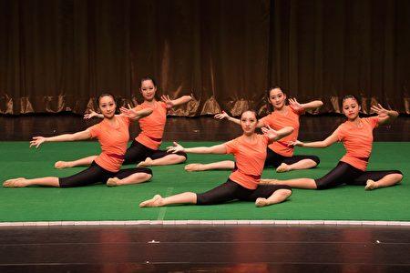 舞蹈班表演基本功。(鄭順利/大紀元)