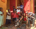 台湾女孩尤丝库是台湾原住民,2014年远赴东非乌干达旅游时,因村民的善良深受感动,决定成为志工为当地民众付出。图为尤丝库与村落孩童合影。 (尤丝库提供/中央社)