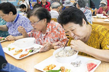 初伏天在韓國有吃參雞湯滋補身體的習慣。圖為7月12日,韓國首爾東大門區提供900名孤寡老人及生活困難老人參雞湯應景。(全景林/大紀元)