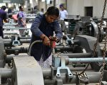 福布斯分析,印度经济增长速度有望在年内超过中国。图为印度一家工厂。(ARUN SANKAR/AFP/Getty Images)