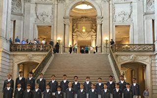 為慶祝法國國慶日,摩納哥皇室少年合唱團市政廳演出。(景雅蘭/大紀元)