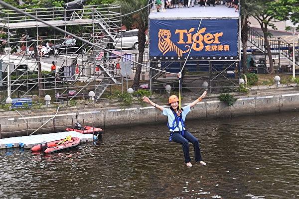 「跨越愛河 就是敢愛」活動,遊客從25米高牆飛越到愛河對岸,體驗高速滑行的快感,並飽覽腳下風光。(高雄市觀光局提供)